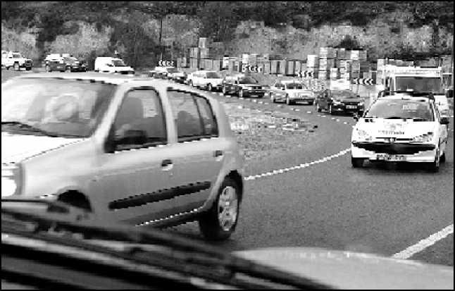 Cola de vehículos a la entrada de Alcoy