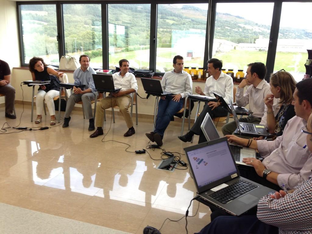 Directivos debatiendo sobre las mejores tácticas para la gestión de la cadena de suministros