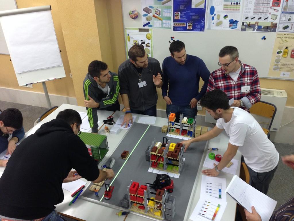 alumnos aprendiendo a gestionarse como un equipo para resolver problemas complejos