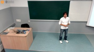 Alejandro Rodríguez impartiendo una clase de logística