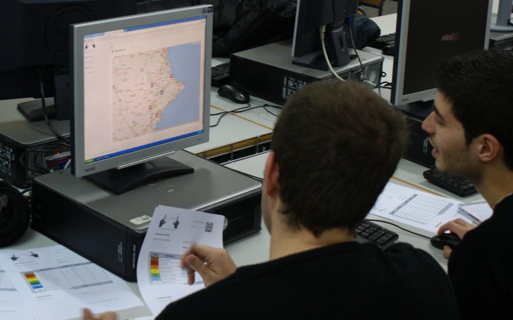 LLOG - alumnos calculando la mejor ruta de reparto