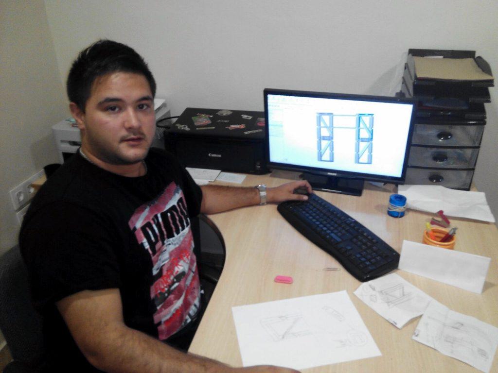 José Alberto Martínez diseñando la estantería de LLOG en 3D